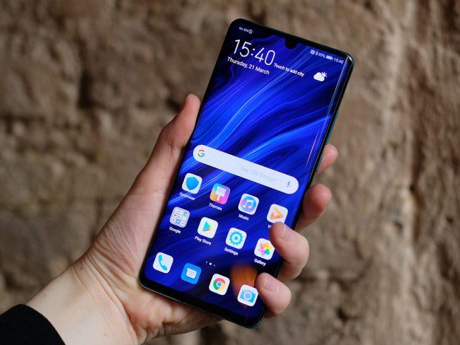 Nên sử dụng kính cường lực hay miếng dán màn hình cho Huawei P30 Pro?